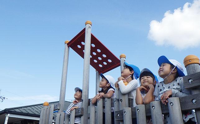 青空を見上げる子どもたち